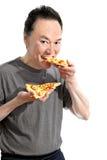 Hongerige mens die heerlijke Italiaanse pizza eten Stock Foto's