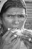 Hongerige Vrouw in Armoede Royalty-vrije Stock Afbeeldingen
