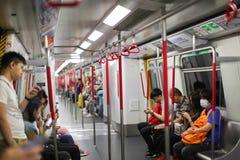 HONGKONG - April 2018: inom ett MTR-drev Kollektivtrafikjärnvägen är det järnväg systemet för snabb transport i Hong Kong royaltyfria foton