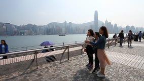 HONGKONG HONGKONG - APRIL 10,2017: Många turister är gå och ta foto från observationsplattformen arkivfilmer