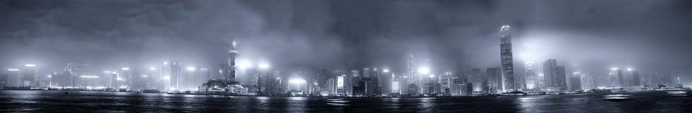 HONGKONG - APRIL 11, 2014: Molnig himmel ovanför den berömda Hong Kon Arkivfoto