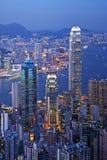 Hongkong bij de Verticaal van de Schemering Royalty-vrije Stock Afbeeldingen