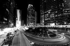 Hongkong bij gestemde nacht in zwart-wit Stock Foto's