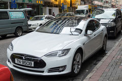 HONGKONG, CHINA - MEI 16.2016: Tesla Models parkeert in straat Stock Foto