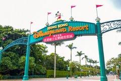 HONGKONG DISNEYLAND - MAJ 2015: Disneyland ingångssignage royaltyfri fotografi