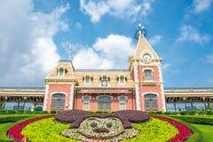 HONGKONG DISNEYLAND - MAJ 2015: Disneyland stadshus och järnvägsstation, Hong Kong Disneyland royaltyfri foto