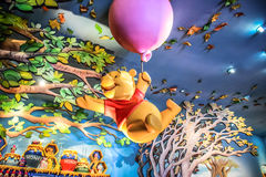 HONGKONG DISNEYLAND - MAJ 2015: Många affärsföretag av Winnie the Pooh royaltyfri bild