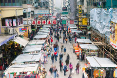 HONGKONG - FEBRUARI 18, 2014: Mong Kok gatamarknad, 18 Februari 2014, Hong Kong Arkivbilder