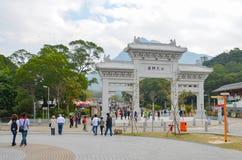 HONGKONG HONGKONG - December 8, 2013: Ingångsport till Poen Lin Monastery Arkivbild