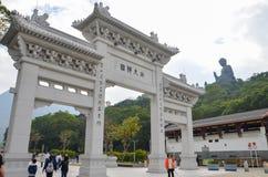 HONGKONG HONGKONG - December 8, 2013: Ingångsport till Poen Lin Monastery Royaltyfria Bilder
