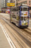 HONGKONG - JANUARI 11: Folk som använder stadsspårvagnen i Hong Kong på J Royaltyfri Bild