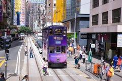 HONGKONG - JUNI 08: Kollektivtrafik på gatan på JUNI 08, Royaltyfri Bild