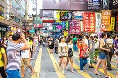 HONGKONG KINA - AUGUSTI 10: Mongkok shoppinggata på Augusti 1 Fotografering för Bildbyråer