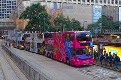 HONGKONG KINA - JANUARI 26, 2017: Dubblett-däck buss i Hong Kong, Kina Dubblett-däcket spårvagnsystemet i Hong Kong är royaltyfri foto