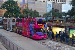 HONGKONG KINA - JANUARI 26, 2017: Dubblett-däck buss i Hong Kong, Kina Dubblett-däcket spårvagnsystemet i Hong Kong är ett av thr royaltyfri fotografi
