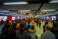 HONGKONG KINA - JANUARI 26, 2017: Folkmassa av oidentifierat folk som går för att ta gångtunnelen i stationen i Hong Kong royaltyfria bilder