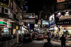 HONGKONG KINA - JANUARI, 17: Hong Kong uteliv Uteliv startar från 10 e.m., erbjuder en variation av stänger, shoppar och restaura Fotografering för Bildbyråer