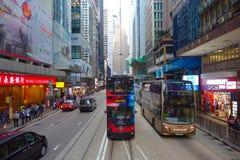 HONGKONG KINA - JANUARI 26, 2017: Två dubblett-däck bussar i Hong Kong, Kina Dubblett-däcket spårvagnsystemet i Hong Kong är en arkivfoton