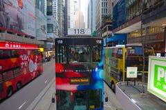 HONGKONG KINA - JANUARI 26, 2017: Två dubblett-däck bussar i Hong Kong, Kina Dubblett-däcket spårvagnsystemet i Hong Kong är en fotografering för bildbyråer