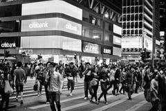 HONGKONG KINA - NOVEMBER 20, 2011: folk på gatorna av Kowloon, Hong Kong på november 20, 2011 arkivbild