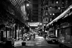 HONGKONG KINA - NOVEMBER 21, 2011: gator av Hong Kong på natten på november 21, 2011 royaltyfria bilder