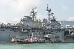 HONGKONG KINA - Sept 18: Skeppet för amfibisk anfall för USA USS Bonhomme Richard drog in Hong Kong vatten på Sept 18,2013 för at Royaltyfri Foto