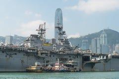 HONGKONG KINA - Sept 18: Skeppet för amfibisk anfall för USA USS Bonhomme Richard drog in Hong Kong vatten på Sept 18,2013 för at Royaltyfri Fotografi
