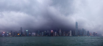 Hongkong linia horyzontu pod tajfunu napadaniem Obraz Royalty Free