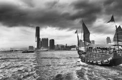 HONGKONG - MAJ 12, 2014: Aqua Luna seglar skeppet i stadsporten Fotografering för Bildbyråer