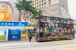 HONGKONG - MAJ 11, 2014: Den svarta bussen för den dubbla däckaren rusar upp i c Royaltyfria Bilder