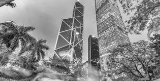 HONGKONG - MAJ 12, 2014: I stadens centrum skyskrapor från stad parkerar på Fotografering för Bildbyråer