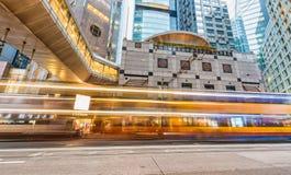 HONGKONG - MAJ 12, 2014: I stadens centrum skyskrapor med vägbillig Arkivfoton