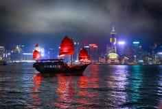 Hongkong, nachtstad, lichten, scharlaken zeilen, rivier, blauwe hemel, c royalty-vrije stock fotografie