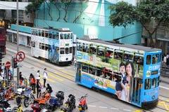 HONGKONG - OKTOBER 18: Oidentifierat folk som använder stadsspårvagnen i H Arkivfoto