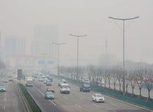 Hongqi由大雾包围的交通堵塞的nanlu街道 库存图片