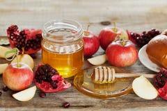 Honig, Apfel, Granatapfel und Brot hala, Tabelle stellte mit traditionellem Lebensmittel für jüdischen Neujahrsfeiertag, Rosh Has Stockbilder