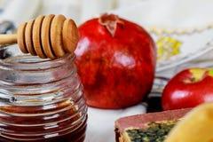 Honig, Apfel und Granatapfel f?r traditionellen Feiertagssymbole rosh hashanah jewesh Feiertag auf h?lzernem Hintergrund stockbild