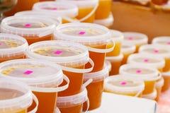 Honig auf Zählwerk im Markt lizenzfreie stockbilder
