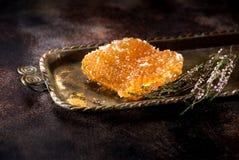 Honig in den Bienenwaben und in den medizinischen Kräutern Lizenzfreies Stockbild