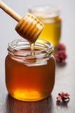 Honig in den Gläsern Stockfotografie