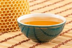 Honig in der Schüssel mit Bienenwabe Lizenzfreie Stockbilder