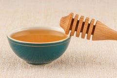 Honig in der Schüssel mit Schöpflöffel Lizenzfreies Stockfoto