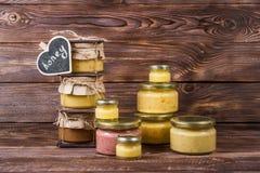 Honig in einem Glasgefäß auf einem dunklen hölzernen Hintergrund ï ¿ ½ halk Brett lizenzfreies stockbild