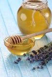 Honig in einer Glasschüssel, nicht gemalter hölzerner Plankenhintergrund Stockbilder