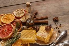 Honig, Gewürze und Trockenfrüchte auf einer rustikalen Tabelle bestandteile lizenzfreies stockbild