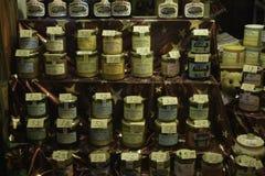 Honig hinter dem Shopwindow Lizenzfreie Stockbilder