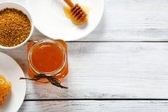 Honig, Kamm des Honigs und des Blütenstaubs auf den Brettern Stockfotografie
