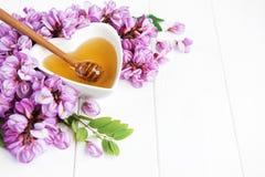 Honig mit Akazienblüten stockbilder