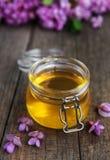 Honig mit Akazienblüten lizenzfreies stockbild