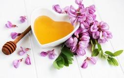 Honig mit Akazienblüten stockfoto